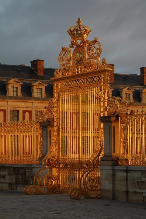 La grille d'Honneur du Château de Versailles au soleil levant.