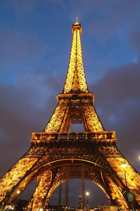 Paris. La Tour Eiffel vue depuis le quai Branly.