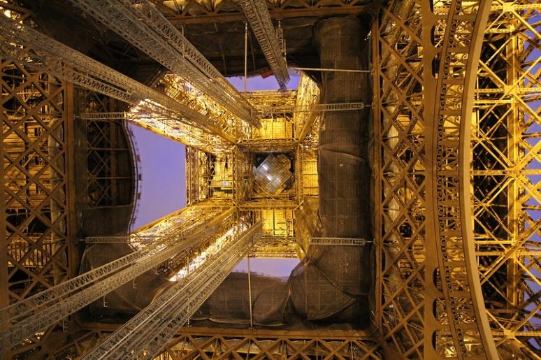Paris. La Tour Eiffel vue de dessous. (2)