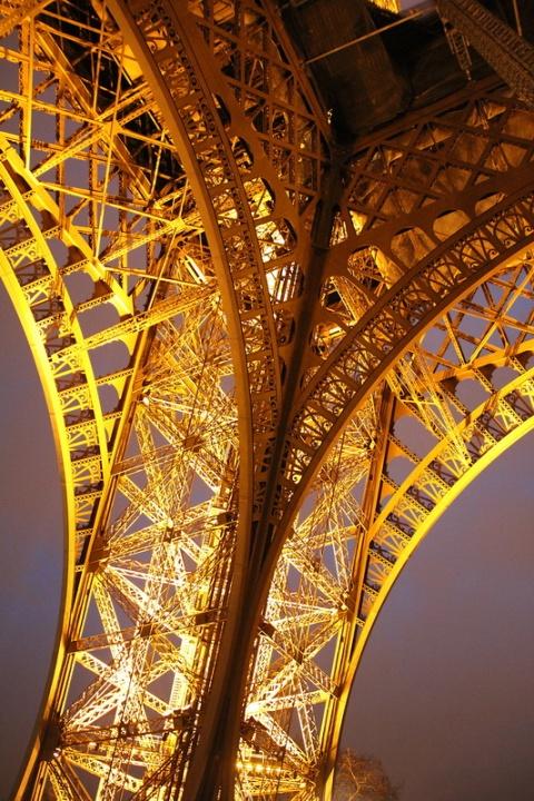 Paris. La Tour Eiffel vue de dessous.