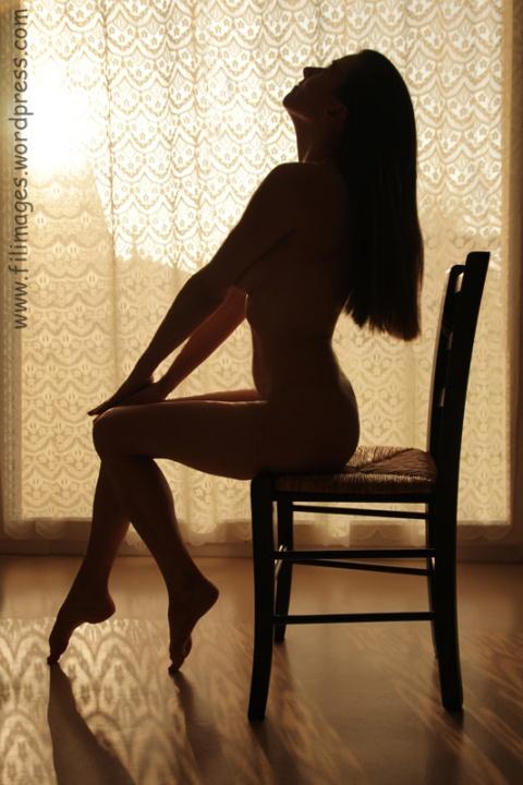 Lætitia assise en contre-jour