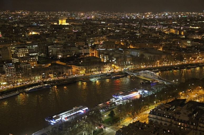 Paris. La Seine et l'Arc de Triomphe vus depuis le 2ème étage de la Tour Eiffel.