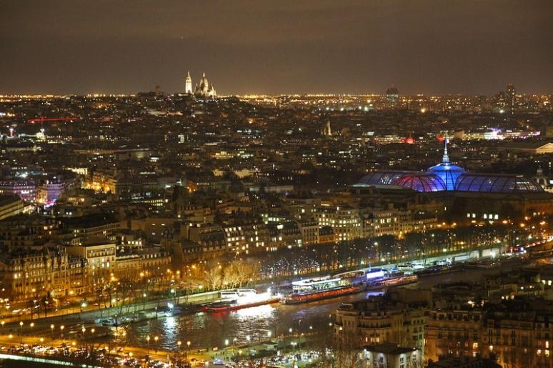 Paris. La Seine, le Grand Palais et Montmartre (au fond) vus depuis le 2ème étage de la Tour Eiffel.
