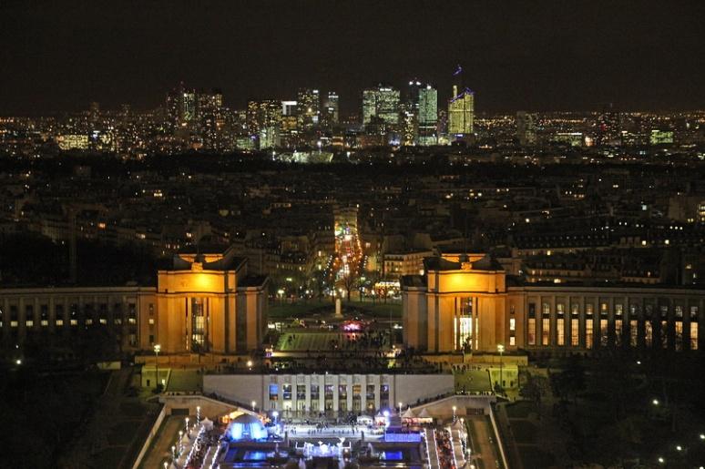 Paris. L'esplanade du Trocadéro et la Défense (au fond) vues depuis le 2ème étage de la Tour Eiffel.