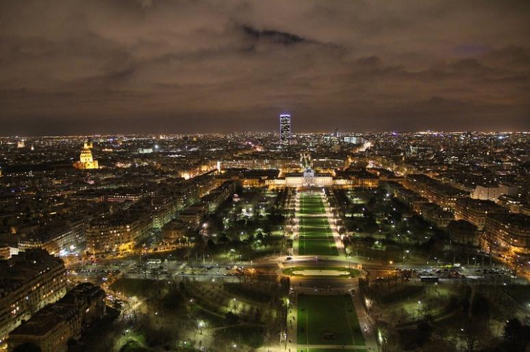 Paris. Le Champ de Mars, l'Ecole Militaire, les Invalides et la Tour Montparnasse (au fond) vus depuis le 2ème étage de la Tour Eiffel.