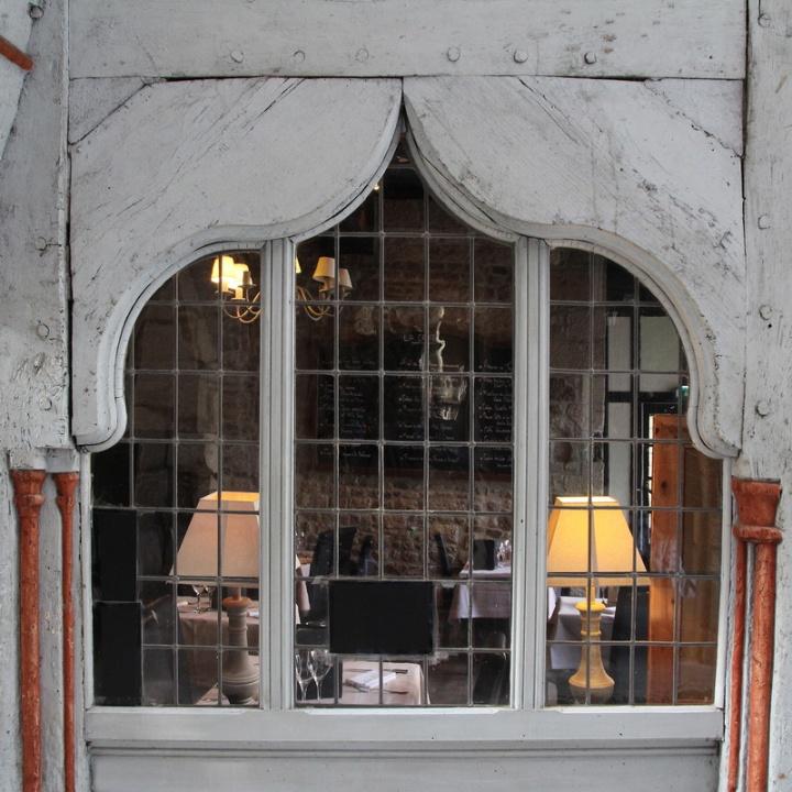 Dinan, fenêtre d'un restaurant, rue de la Cordonnerie.