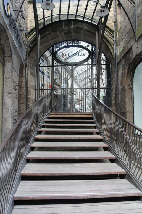 Dinan, les Halles, accès côté rue de la Ferronnerie.