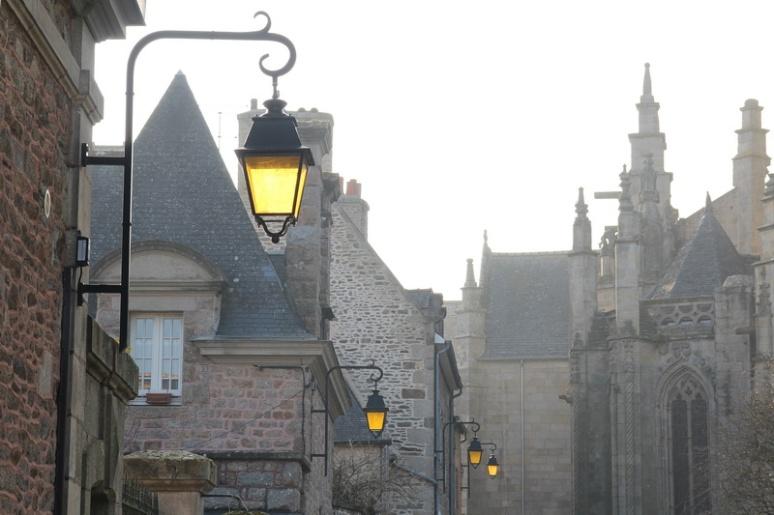 Dinan, rue Chauffepieds.La lumière hivernale illumine les réverbères.
