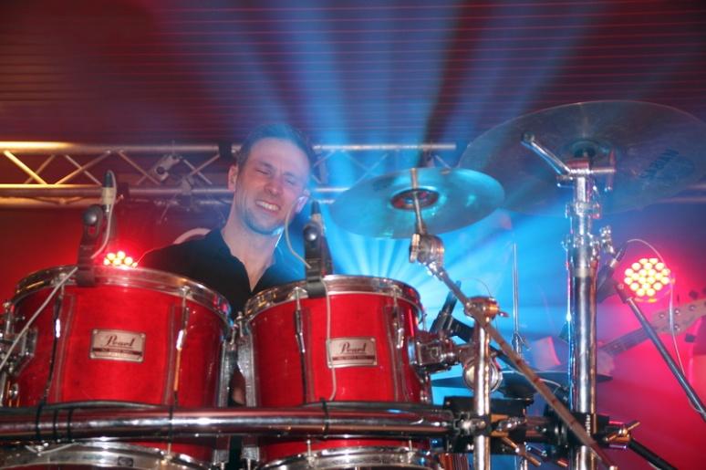 Le batteur de l'orchestre Oasis.