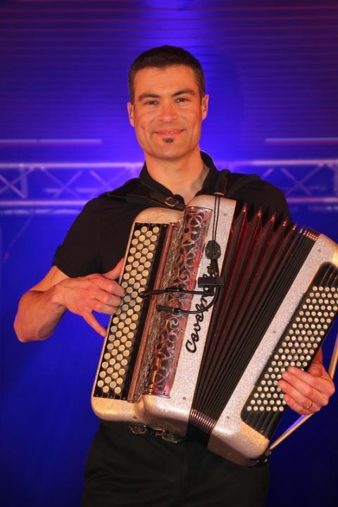 L'accordéoniste de l'orchestre Oasis.
