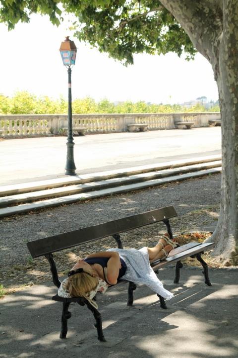 Sieste dans le Jardin du Peyrou, à Montpellier.