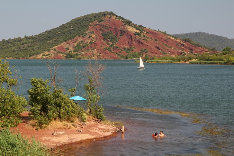 """Le lac du Salagou à Celles. Cette """"colline"""" est un ancien volcan."""