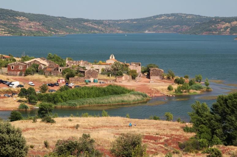 Celles et le lac du Salagou. Le barrage est au fond.