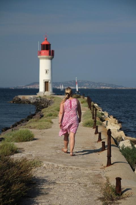 Marseillan : Le phare de la Pointe des Onglous et l'étang de Thau (fin du Canal du Midi, situé à gauche).