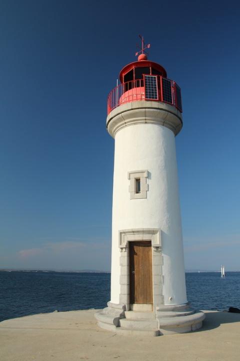 Marseillan : Le phare de la Pointe des Onglous et l'étang de Thau (fin du Canal du Midi).