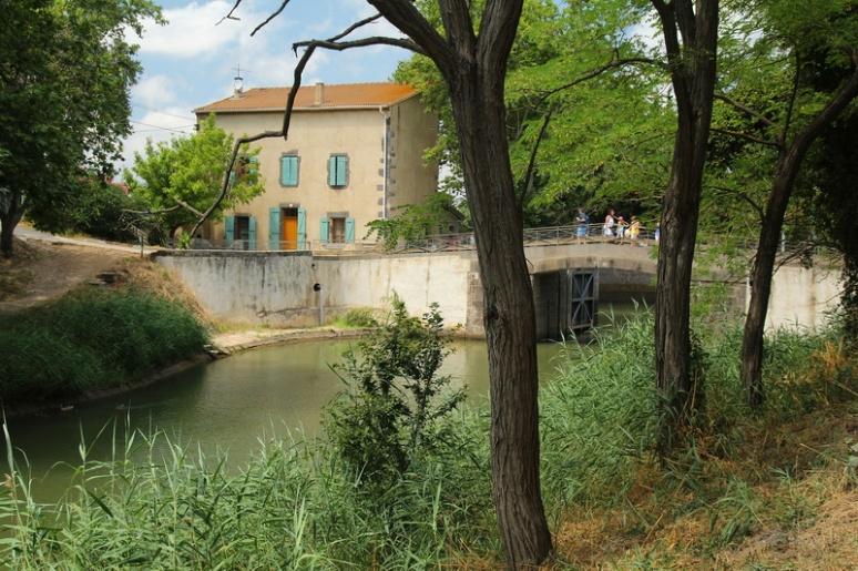Agde (34). Le Canalet et l'écluse du Bassin Rond : Accès au Canal du Midi.