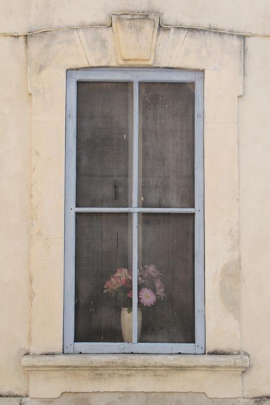 Derrière la fenêtre (Aigues-Mortes).