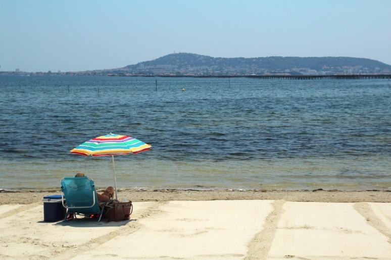 Plage de Bouzigues, au bord de l'étang de Thau et face à Sète (au fond).