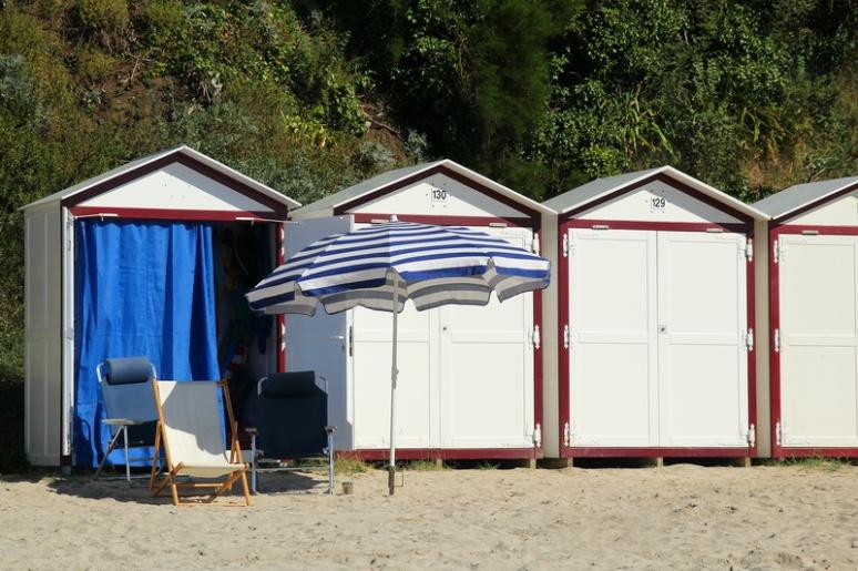 Granville. Cabines de bain sur la digue-promenade du Plat Gousset.