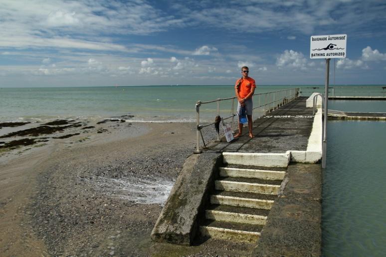 Maître-nageur à la piscine d'eau de mer de Saint-Pair-sur-Mer
