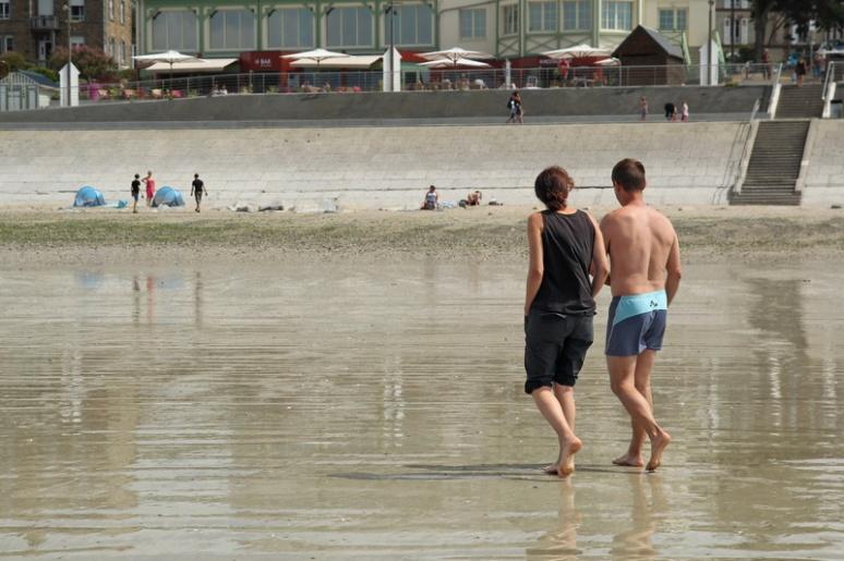 Couple marchant sur la plage de Saint-Pair-sur-Mer
