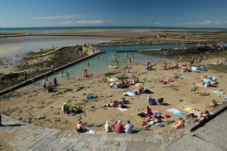 Granville. La plage et la piscine d'eau de mer vues depuis la digue-promenade du Plat Gousset.