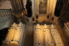 La Basilique de Saint-Denis. Gisants de Philippe VI, Jean II le Bon, Philippe V le Long, Jeanne d'Evreux, Charles IV le Bel et, au fond, Henri II et Catherine deMédicis.