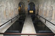 Crypte de la Basilique de Saint-Denis. Cercueils de Louis XVIII, Marie-Antoinette, Louis XVI, Louise de Lorraine et LouisVII.