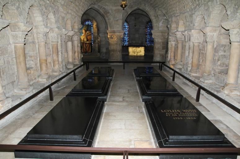 Crypte de la Basilique de Saint-Denis. Cercueils de Louis XVIII, Marie-Antoinette, Louis XVI, Louise de Lorraine et Louis VII.