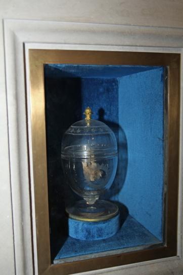 Crypte de la Basilique de Saint-Denis. Cette urne transparente contient le cœur de Louis XVIII.