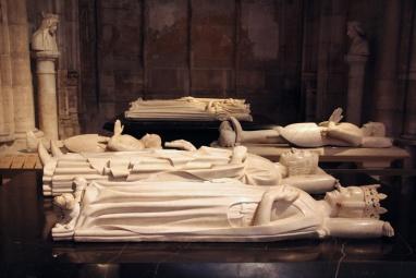 La Basilique de Saint-Denis. Gisants de Bertrand de Bourbon, Charles V le Sage, Bertrand du Guesclin, Louis de Sancerre, Charles VI et Isabeau de Bavière.