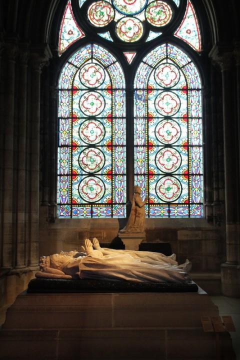 La Basilique de Saint-Denis. Gisants de Henri II et Catherine de Médicis et, au fond, Marie de Bourbon-Vendôme.