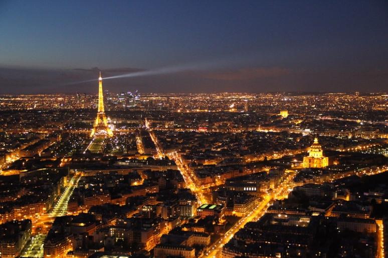 Paris. Vue sur la Tour Eiffel et les Invalides depuis la terrasse panoramique (59ème étage) de la Tour Montparnasse.