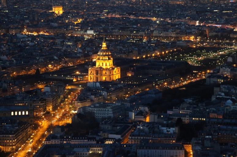 Paris. Vue sur les Invalides et l'Arc de Triomphe depuis la terrasse panoramique (59ème étage) de la Tour Montparnasse.