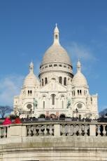 Paris, Montmartre. La Basilique du Sacré-Cœur vue depuis la placeSaint-Pierre.