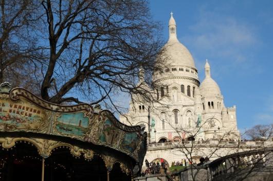 Paris, Montmartre. La Basilique du Sacré-Cœur vue depuis la place Saint-Pierre.