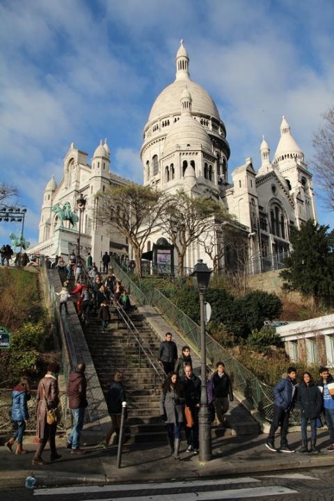 Paris, Montmartre. La Basilique du Sacré-Cœur vue depuis la rue Maurice Utrillo.