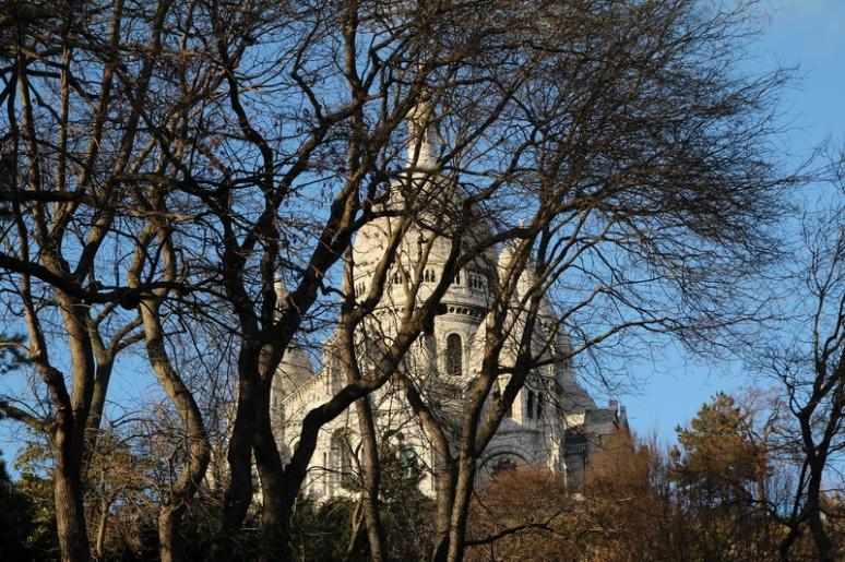 Paris, Montmartre. La Basilique du Sacré-Cœur vue depuis la rue Ronsard.
