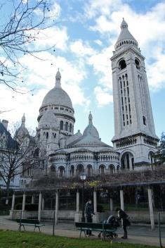 Paris, Montmartre. La Basilique du Sacré-Cœur vue depuis le parc de la Turlure.