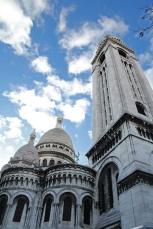 Paris, Montmartre. La Basilique du Sacré-Cœur vue depuis la rue du Chevalier de laBarre.
