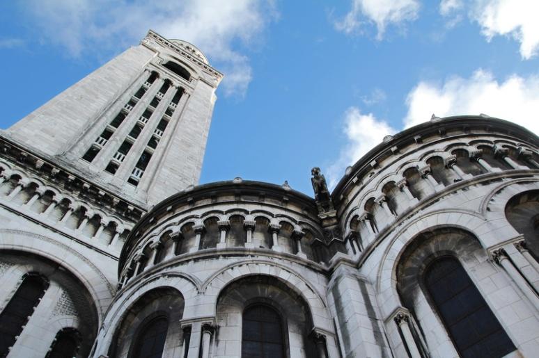 Paris, Montmartre. La Basilique du Sacré-Cœur vue depuis la rue du Chevalier de la Barre.
