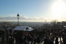 Paris, Montmartre. Vue sur Paris et le marché de Noël depuis le Parvis duSacré-Cœur.