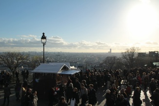 Paris, Montmartre. Vue sur Paris et le marché de Noël depuis le Parvis du Sacré-Cœur.