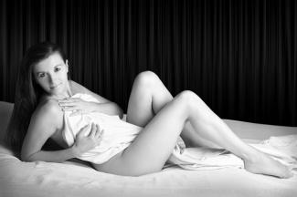 Sur le lit (Noir et Blanc 27)