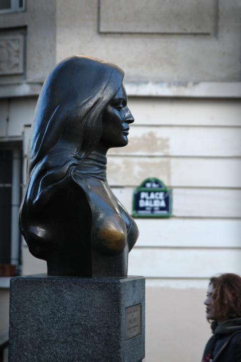 Buste de Dalida sur la place Dalida (Paris).