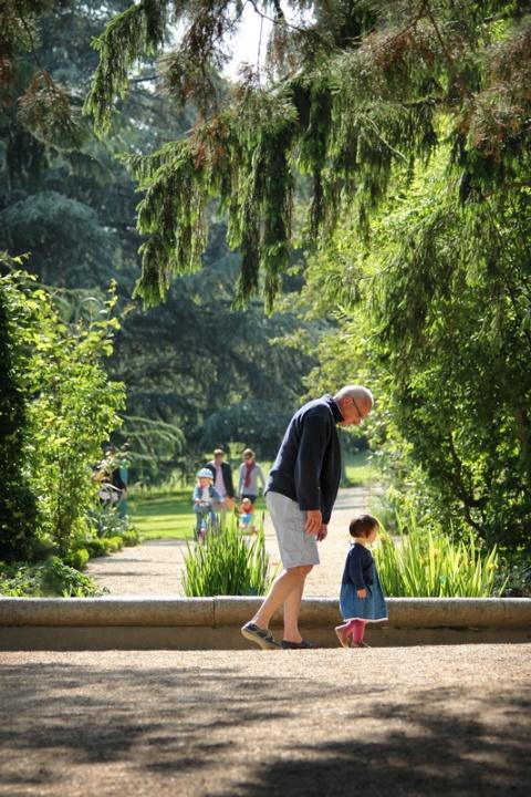 Sous la surveillance de Papy, au Parc du Thabor (Rennes).
