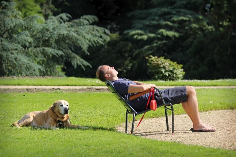 Sieste au Parc du Thabor (Rennes).