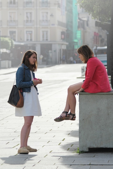 Discussion entre copines sur la place de la République (Rennes).