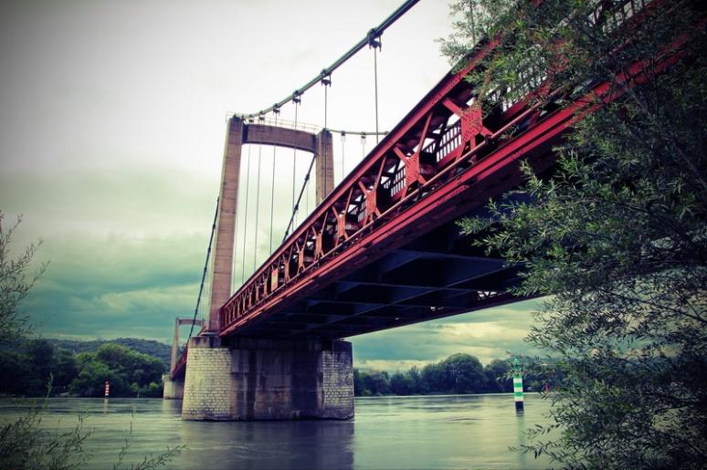 Châteauneuf-du-Rhône (France, Drôme). Pont sur le Rhône.