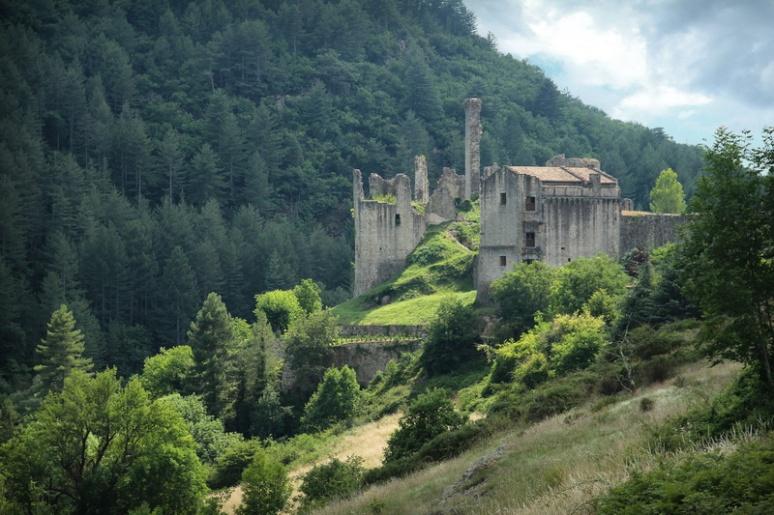 Ruine du château de Boulogne à Saint-Michel-de-Boulogne (France, Ardèche)